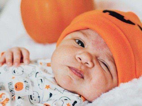 bebe-con-gorrito-naranja