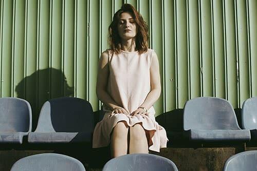 Una mujer sentada con cara de sentirse indispuesta