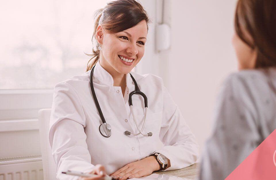 Una médica durante la visita preconcepcional