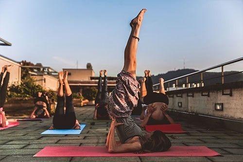 Mujeres haciendo yoga en una azotea