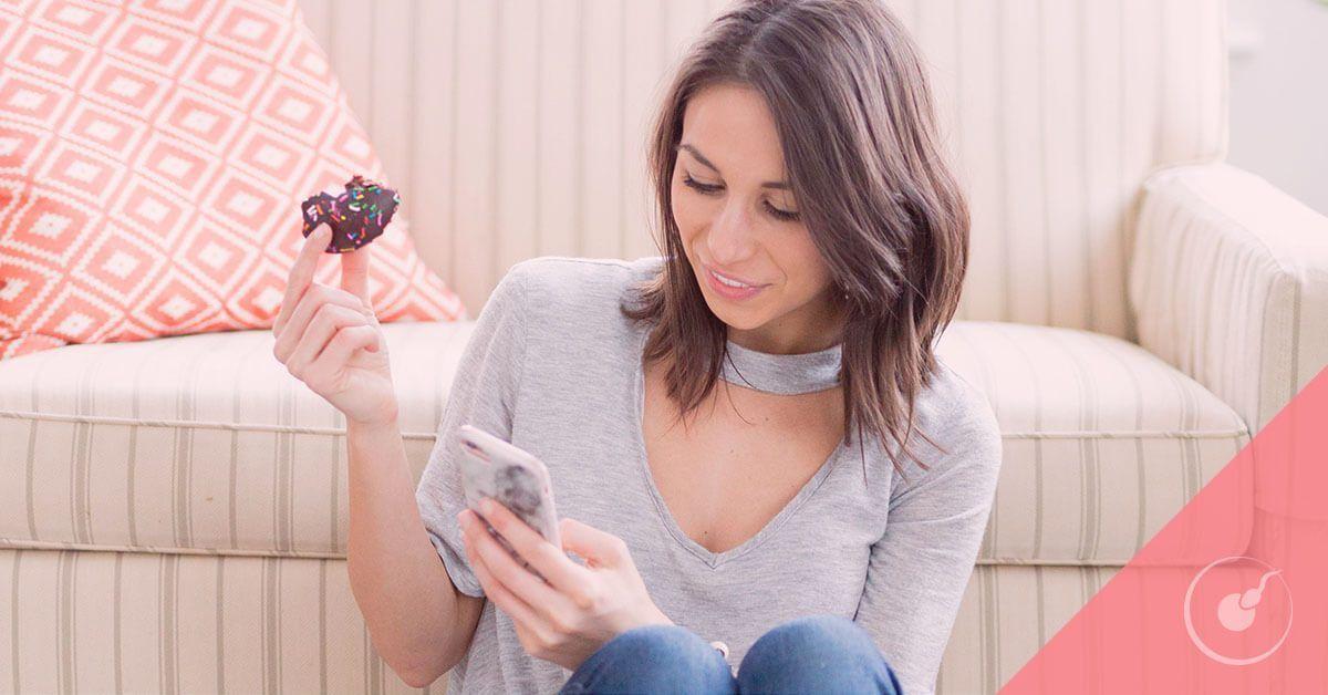 Una mujer mira su móvil mientras come