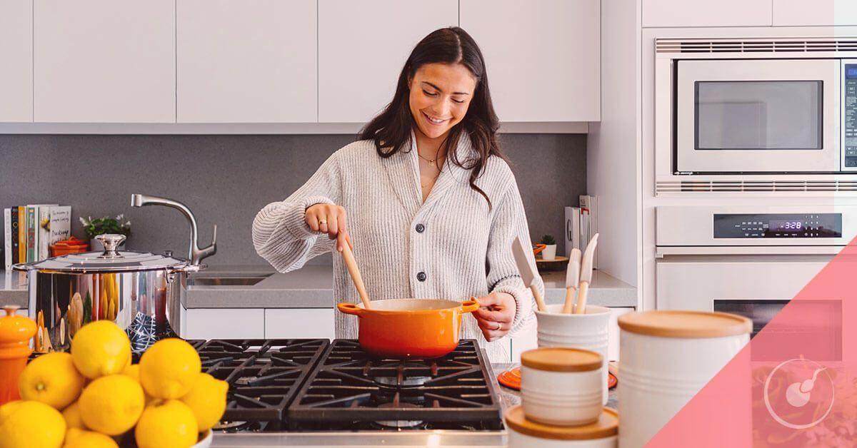 Mujer cocinando dieta preconcepcional