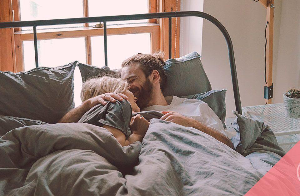 Pareja en cama: vitaminas prenatales