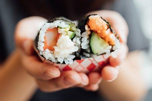 el sushi tiene pescado crudo, alimento prohibido durante el embarazo