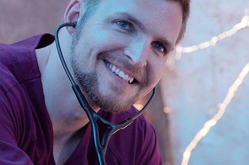 Un enfermero sonriendo