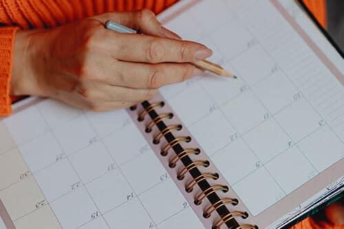 Mujer esperando con un calendario
