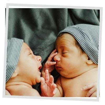 dos bebés sobre una manta