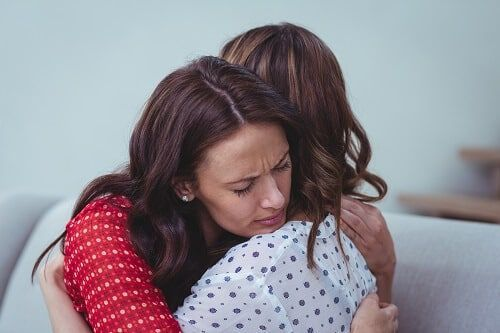 Ansiedad embarazo abrazo amigas