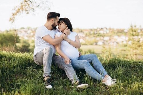 pareja embarazada feliz