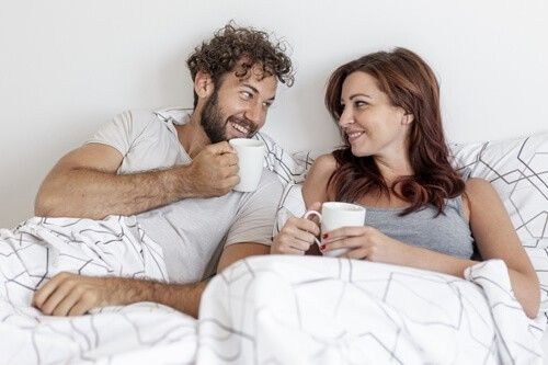 una pareja feliz por la mañana