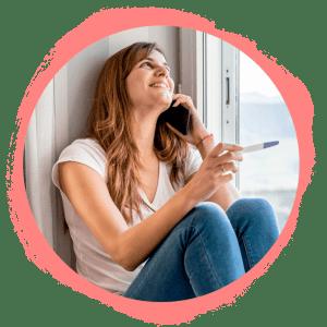 Chica feliz con prueba de embarazo positiva